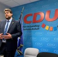 Bild vergrößern:Der Landtagsabgeordnete Tobias Krull bei einem Vortrag vor einer Besuchergruppe im Landtag am 03. März dieses Jahres.