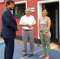 Bild vergrößern:Die Spendenaktion von Ana Maria Winzerling für zwei Kinderheime am 16. Juli unterstützen unter anderem Bürgermeister Klaus Zimmermann und Tobias Krull MdL (v.r.n.l.).