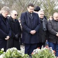 """Bild vergrößern:Heute (27.01) Vormittag wurde am Mahnmal """"Magda"""" der Opfer des Nationalsozialismus gedacht."""