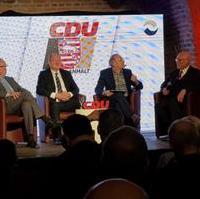 Bild vergrößern:Die ehemaligen CDU-Landesvorsitzenden Dr. Karl-Heinz Daehre (g.l.), Thomas Webel (2.v.l.) und Dr. Gerd Gies (g.r.) bei einer Diskussionsrunde bei der Festveranstaltung 30 Jahre CDU Sachsen-Anhalt am 21. Februar 2020.