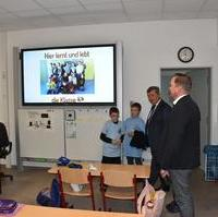 Bild vergrößern:Tino Sorge MdB schaut sich mit Bernd Heynemann und Dr. Lutz Türmper den Klassenraum der 4a Grundschule -Am Westring an.