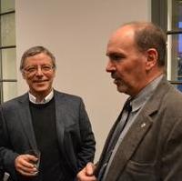 Bild vergrößern:Die Stadträte Reinhard Stern (Mitte) und Frank Schuster (Links) im Gespräch im Theater Magdeburg anlässlich des Neujahrsempfangs der Landeshauptstadt