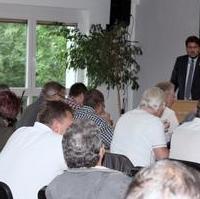 Bild vergrößern:Der CDU-Kreisvorsitzende Tobias Krull begrüßt die Anwesenden bei der erweiterten Vorstandssitzung am 09. Juli 2019.