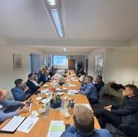 """Bild vergrößern:Frau Richter und Herr Matz (Amt 40) informierten gestern (02.03) die Fraktion zum Thema """"Barleber See"""