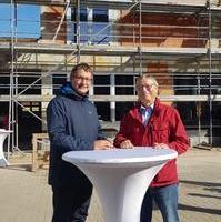 Bild vergrößern:Stadtrat Manuel Rupsch und Stadtrat Reinhard Stern beim Richtfest für den Erweiterungsbau Verein Sporttherapie und Behindertensport 1980 Magdeburg.