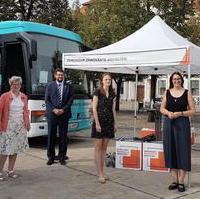 Bild vergrößern:Der Demokratie-Bus der Konrad-Adenauer-Stiftung machte am 15. und 16. September Station auf dem Magdeburg Domplatz. Die KAS-Landeschefin Alexandra Mehnert (g.r.) konnte zahlreiche Gäste durch begrüßen.