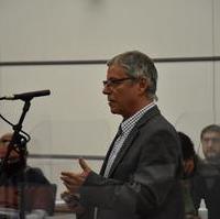 """Bild vergrößern:Stadtrat Reinhard Stern (Vorsitzender des Finanz- und Grundstücksausschuss ) bei seinem Redebeitrag zum """"Ausbau Eisenbahnknoten Magdeburg"""