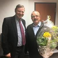 Bild vergrößern:Unser Fraktionsvorsitzender Wigbert Schwenke gratulierte in der Pause der aktuellen (24.01) Stadtratssitzung, im Namen der Fraktion nachträglich Stadtrat Bernd Heynemann zu seinem 65. Geburtstag.