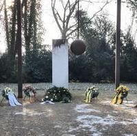 Bild vergrößern:Das Denkmal auf dem Magdeburger Westfriedhof welches an die Opfer der Bombardierung der Stadt in der Nacht vom 16. auf den 17. Januar 1945 erinnert.