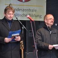 Bild vergrößern:Stadtratsvorsitzende Andreas Schumann und der CDU/FDP/BfM Ratsfraktionsvorsitzende ,Wigbert Schwenke MdL, bei ihrer Lesung aus den Erinnerung einer Holocaust-Überlebenden bei der Meile der Demokratie (.v.l.n.r.)
