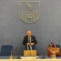 Bild vergrößern:Michael Hoffmann (Vorsitzender Magdeburger Stadtrates) vor Beginn der Stadtratssitzung (03.09).