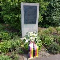 Bild vergrößern:Gedenkstele für Henning von Tresckow. Am 20. Juli fand dort eine Gedenkveranstaltung für den militärischen Widerstand statt.