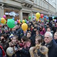Bild vergrößern:Zahlreiche Bürgerinnen und Bürger besuchten die 8. Meile der Demokratie, so wie hier vor der Hauptbühne.