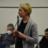Bild vergrößern:Stadträtin Stefanie Middendorf spricht zur Nutzung von Gartenflächen zu Zwecke des Schulgartenunterrichts.