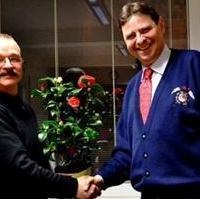 Bild vergrößern:Fraktionsvorsitzender Wigbert Schwenke MdL gratuliert Stadtrat Bernd Heynemann im Namen der Fraktion, am Rande Stadtratssitzung, nachträglich zum 60. Geburtstag (v.l.n.r.)