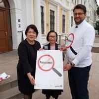 Bild vergrößern:Der CDU-Kreisvorsitzende Tobias Krull MdL (r.) unterstützt die Anti-Rassismus-Kampagne des Landesnetzwerks Migrantenorganisationen Sachsen-Anhalt e.V. hier vertreten durch Frau Mika Kaiyama (l.) und Frau Vu Hoang Thien Ha.