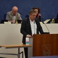 "Bild vergrößern:Stadtrat Andreas Schumann MdL bringt den Änderungsantrag zum Tagesordnungspunkt 5.7 DS0192/21 ""Magdeburger Schülerticket"