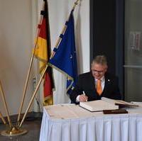 Bild vergrößern:Klaus Zimmermann trug sich ins goldene Buch der Landeshauptstadt ein.