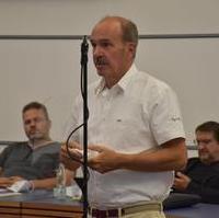 Bild vergrößern:Stadtrat Frank Schuster spricht zur 2. Änderungssatzung zur Straßenreinigungssatzung.