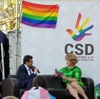 Bild vergrößern:Der CDU-Kreisvorsitzende Tobias Krull MdL (l.) bei seinem Interview zum zum Internationalen Tag gegen Homo-, Bi-, Inter- und Transphobie bzw. -Feindlichkeit am 17. Mai in Magdeburg.