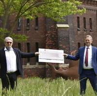 Bild vergrößern:Wolfgang Krebs (Turmpark e.V.) nimmt am 19. Mai symbolisch die Spende von 1.000 Euro von Stadtrat Andreas Schumann MdL entgegen. Dieser will damit diesen Kulturort aktiv unterstützen. (v.l.n.r.)