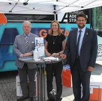 Bild vergrößern:Der Demokratie-Bus der Konrad-Adenauer-Stiftung machte am 07. Juli Station in Magdeburg. Hier zu sehen Alexandra Mehnert (KAS/m.), Stephen Gerhard Stehli MdL (l.) und Tobias Krull MdL (r.).