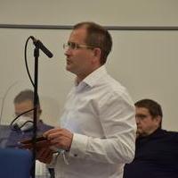 Bild vergrößern:Stadtrat Matthias Boxhorn bei seinem Redebeitrag zum Bildungs- und Teilhabepaket.