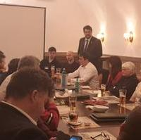 Bild vergrößern:Als Landtagsabgeordneter und CDU-Kreisvorsitzender informierte und diskutierte Tobias Krull (stehend) mit dem Mitgliedern des CDU-Ortsverbandes Mitte am 26. Februar über die aktuelle Lage der CDU.