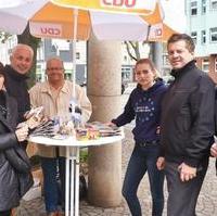 Bild vergrößern:Infostand in Sudenburg am 17. Mau, unteranderem mit dem Europaabgeordneten Sven Schulze (2.v.r.).
