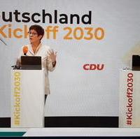 Bild vergrößern:Die CDU-Bundesvorsitzende Annegret Kramp-Karrenbauer und CDU-Generalsekretär Paul Ziemiak MdB beim Kickoff2030 (v.l.n.r.)