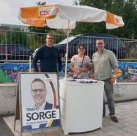 Bild vergrößern:Infostand des OV Süd zur Bundestagswahl mit dem Bundestagskandidaten Tino Sorge MdB (g.r.)