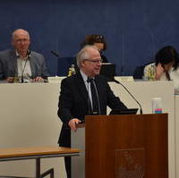 Bild vergrößern:Dr. Dieter Scheidemann (Beigeordneter Dezernat für Stadtentwicklung, Bau und Verkehr) gerade bei seiner Abschiedsrede im Stadtrat.  Dr. Scheidemann geht in den wohlverdienten Ruhestand. Wir bedanken uns für die gute und konstruktive Zusammenarbeit. Wir wünschen Dr. Scheidemann alles Gute und viel Gesundheit.