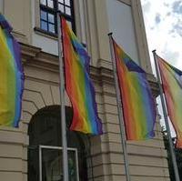 Bild vergrößern:Die Regenbogenfahnen am 09. August vor dem Magdeburger Rathaus.
