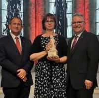 Bild vergrößern:Für die Arbeit des Vereins Schwerstkranker Kinder und ihrer Eltern e.V. wurde deren Vorsitzende Elke Schirmer-Firl (m.) am 09. Juli mit dem Adelheidpreis geehrt.