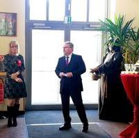 Bild vergrößern:Der Bürgermeister/Beigeordneter für Finanzen und Vermögen Klaus Zimmermann gratulierte heute (04.02) AQB-Geschäftsführerin Alexandra Rießler zum 50. Geburtstag und 25. Dienstjubiläum.
