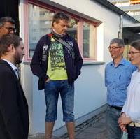 Bild vergrößern:Stadtrat und Ortsverbandesvorsitzender Tim Rohne (g.l.) im Gespräch bei der offiziellen Eröffnung des Königskindergarten in der Johannes-R.-Becher Straße.