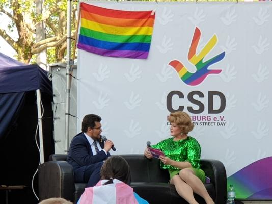 Der CDU-Kreisvorsitzende Tobias Krull MdL (l.) bei seinem Interview zum zum Internationalen Tag gegen Homo-, Bi-, Inter- und Transphobie bzw. -Feindlichkeit am 17. Mai in Magdeburg.