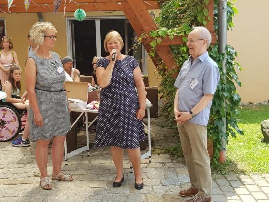 Die Landtagspräsidentin Gabriele Brakebusch (m.) spricht beim Sommerfest des Magdeburger Fördervereins krebskranker Kinder e.V. am 15. Juni 2019.