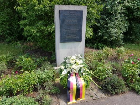 Gedenkstele für Henning von Tresckow. Am 20. Juli fand dort eine Gedenkveranstaltung für den militärischen Widerstand statt.