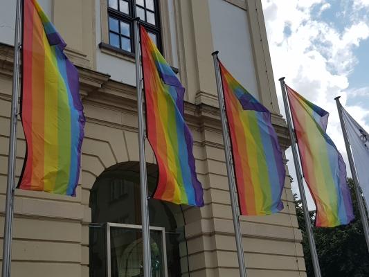 Die Regenbogenfahnen am 09. August vor dem Magdeburger Rathaus.