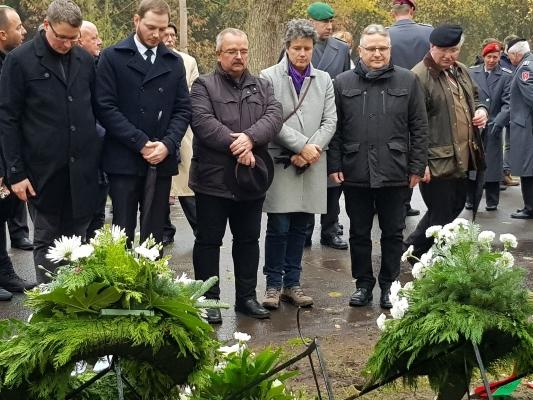 Gemeinsam gedenken Mitglieder des CDU-Kreisverbandes und der CDU/FDP-Ratsfraktion bei der Kranzniederlegung zum Volkstrauertag am 17.11. den Opfern von Gewalt und Krieg.