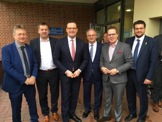 Bundesgesundheitsminister Jens Spahn (3.v.l.) bei seinem Besuch im Universitätsklinikum Magdeburg am 06. Dezember im Kreise von Abgeordneten aus Europa, Bund und Land.