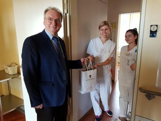 Der Ministerpräsident Dr. Reiner Haseloff besuchte am Weihnachtstag das Krankenhaus St. Marienstift und dankte den dortigen Beschäftigten für ihre tägliche Arbeit.