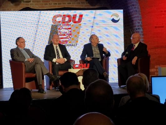 Die ehemaligen CDU-Landesvorsitzenden Dr. Karl-Heinz Daehre (g.l.), Thomas Webel (2.v.l.) und Dr. Gerd Gies (g.r.) bei einer Diskussionsrunde bei der Festveranstaltung 30 Jahre CDU Sachsen-Anhalt am 21. Februar 2020.