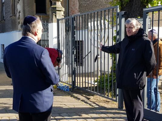 Ministerpräsident Dr. Reiner Haseloff im Gespräch mit dem Vorsitzenden der Magdeburger Synagogengemeinde Wadim Leiter beim Holocaustgedenktag Yom HaShoa am 21. April. (v.l.n.r.)