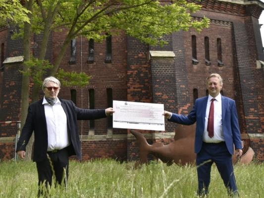 Wolfgang Krebs (Turmpark e.V.) nimmt am 19. Mai symbolisch die Spende von 1.000 Euro von Stadtrat Andreas Schumann MdL entgegen. Dieser will damit diesen Kulturort aktiv unterstützen. (v.l.n.r.)