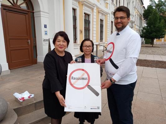 Der CDU-Kreisvorsitzende Tobias Krull MdL (r.) unterstützt die Anti-Rassismus-Kampagne des Landesnetzwerks Migrantenorganisationen Sachsen-Anhalt e.V. hier vertreten durch Frau Mika Kaiyama (l.) und Frau Vu Hoang Thien Ha.