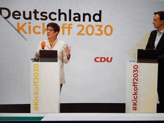Die CDU-Bundesvorsitzende Annegret Kramp-Karrenbauer und CDU-Generalsekretär Paul Ziemiak MdB beim Kickoff2030 (v.l.n.r.)