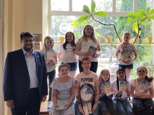 Der Landtagsabgeordnete Tobias Krull (g.l.) bei der Übergabe von Schülerkalendern des Landtags an junge Besucherinnen des Kinder- und Familienzentrums EMMA am 17. Juli 2020.