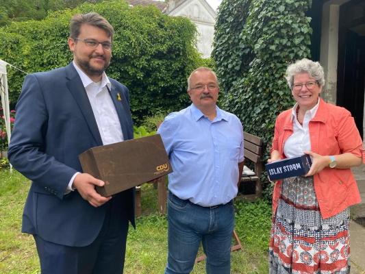 Zu seinem 60sten Geburtstag am 22. Juli gratulieren Wigbert Schwenke (m.) die stellv CDU-Kreisvorsitzende Anne-Marie Keding (r.) und der CDU-Kreisvorsitzende Tobias Krull MdL (l.)